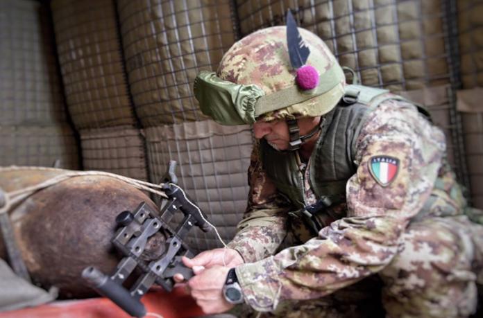 Artificieri dell'esercito al lavoro su una bomba