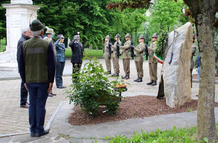 Autorità religiose e militari al Cippo dedicato ai caduti a Cussanio, frazione di Fossano