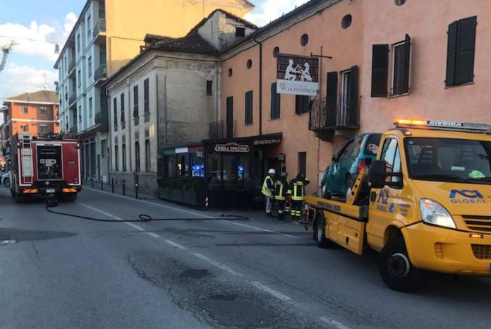 L'incidente, in via Verdi a Fossano, che ha provocato una fuga di gas