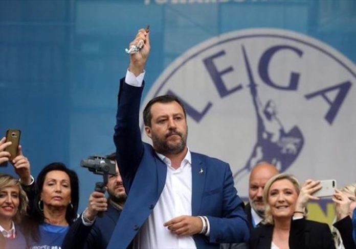 Salvini mostra corona del rosario