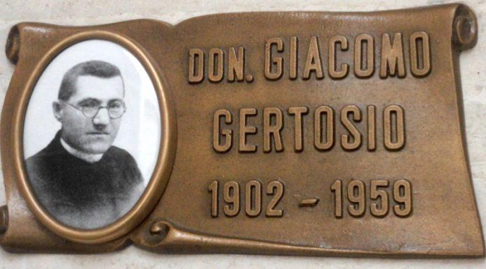 Targa bronzea di don Giacomo Gertosio nel cimitero di Centallo