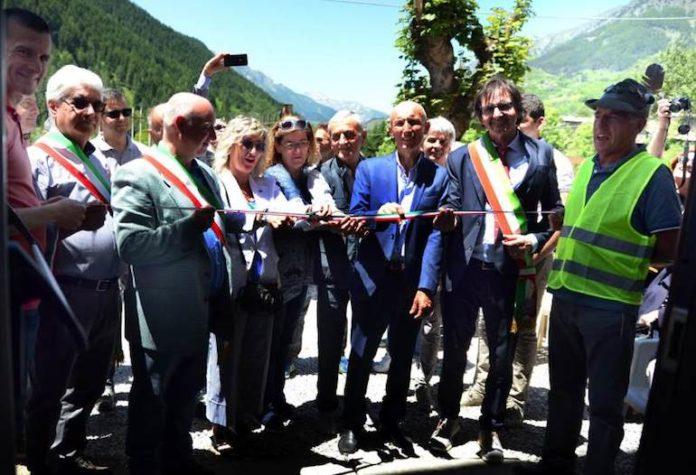 Il taglio del nastro della Casa alpina di Bene Vagienna a Sambuco (foto Enzo Alessandrini)