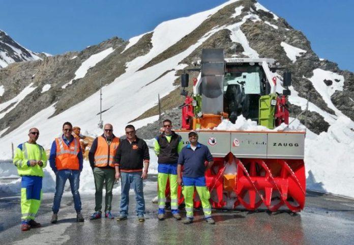 Addetti della provincia al lavoro per liberare dalla neve la strada che raggiunge il colle dell'Agnello