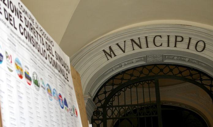 l'ingresso del municipio di fossano con i tabelloni elettorali in primo piano