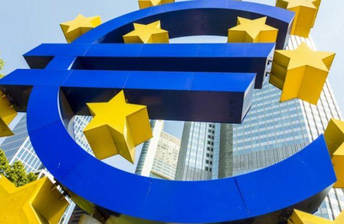 Simbolo dell'euro e palazzi delle istituzioni europee