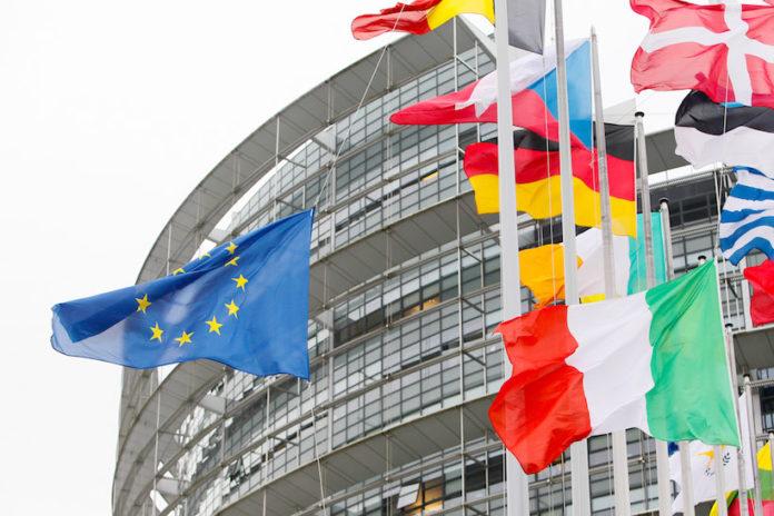 Bandiere di fronte al Parlamento Europeo a Strasburgo