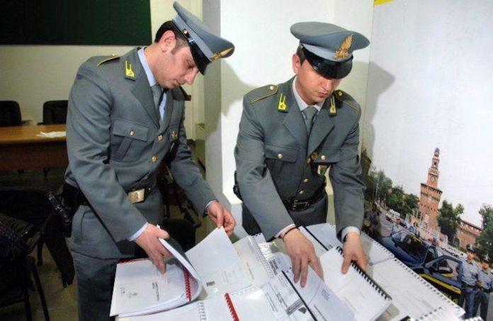 Agenti della Guardia di Finanza svolgono una verifica fiscale