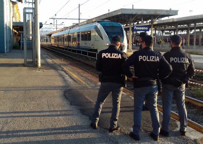 Agenti della Polfer durante un controllo alla stazione di Fossano
