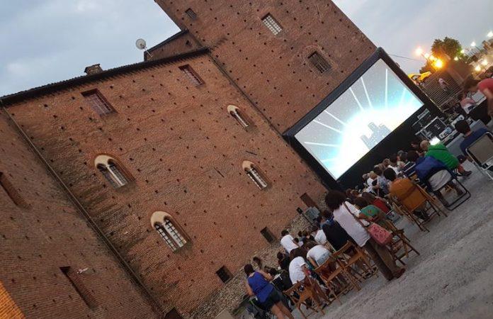 Una proiezione di Cinedehors, organizzata al castello di Fossano