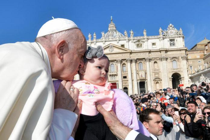 Papa francesco bacia una bimba durante un'udienza in piazza san Pietro