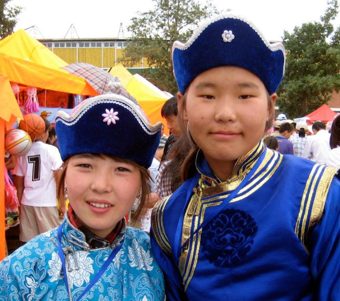 Mongolia, abitanti in costume tipico durante la festa del Naadam