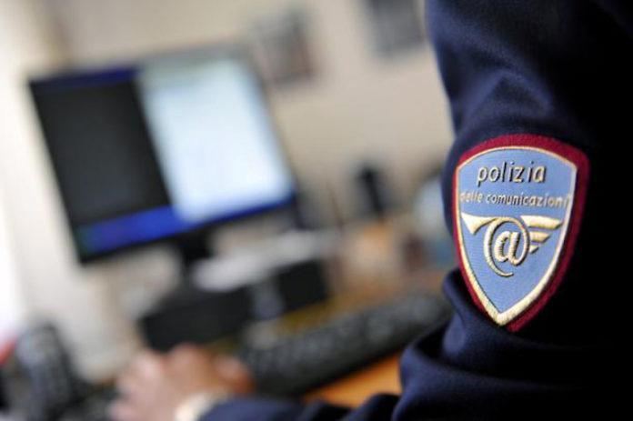 Una agente della Polizia postale e delle Comunicazioni