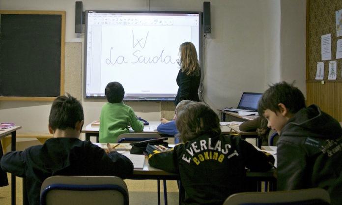 Lezioni a scuola con il computer e la lavagna multimediale