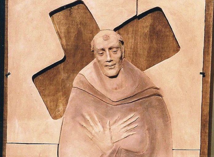 La scultura dell'artista Elena Sellerio che Centallo ha dedicato a padre Benigno, nei pressi dell'antico convento francescano in cui ha abitato