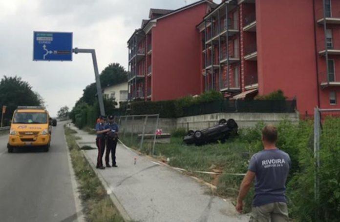 Soccorritori al lavoro sul luogo dell'incidente in via Salmour a Fossano
