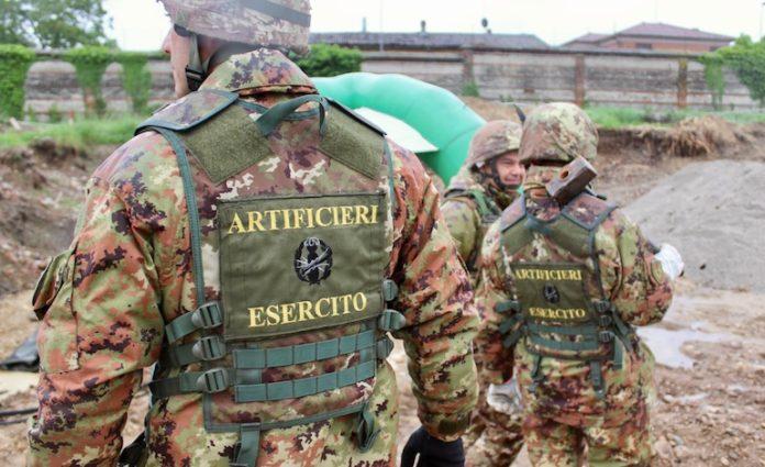 Artificieri del 32° reggimento Genio guastatori durante ila neutralizzazione della bomba ritrovata a Fossano