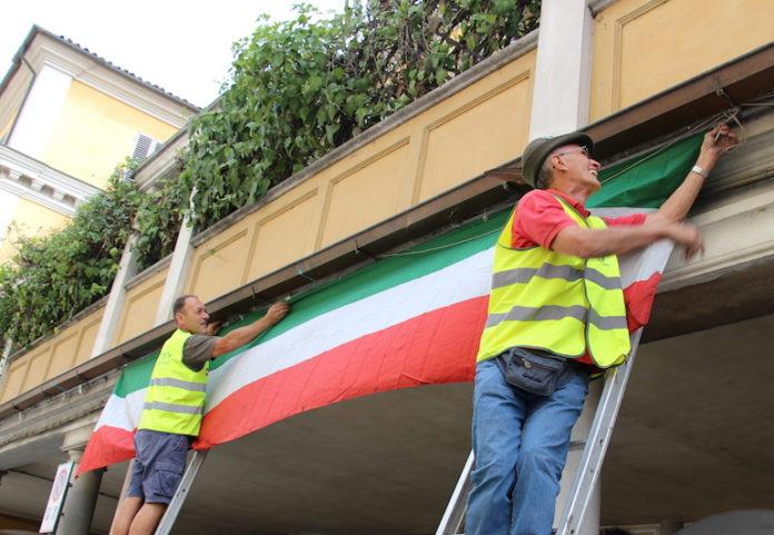 Bandiere italiane lungo le strade di Fossano, in vista del Raduno degli alpini