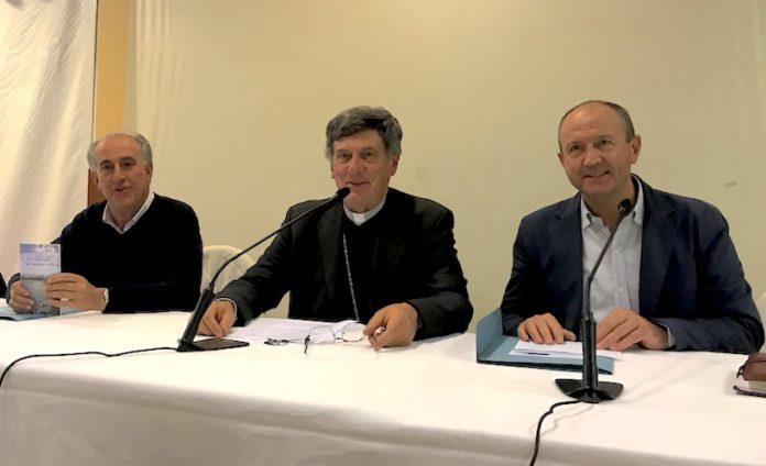 Il vescovo Piero Delbosco insieme ai due vicari don Beppe Panero e don Pierangelo Chiaramello