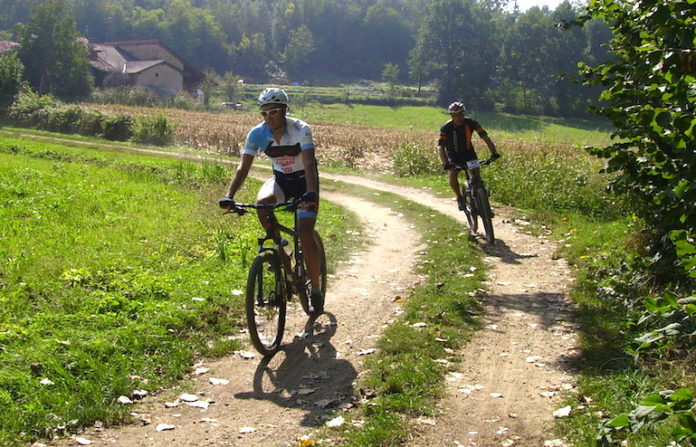 Passaggio di mountain bike nelle campagne di Bene Vagienna