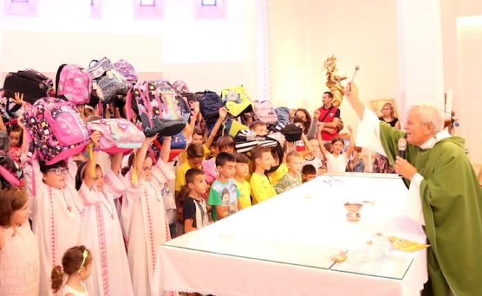 La benedizione degli zainetti, durante la festa al Salice di Fossano nel 2018