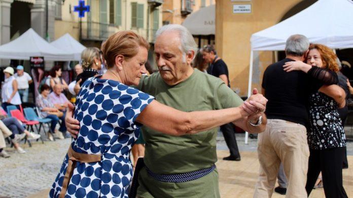 Esibizione di tango in piazza Manfredi