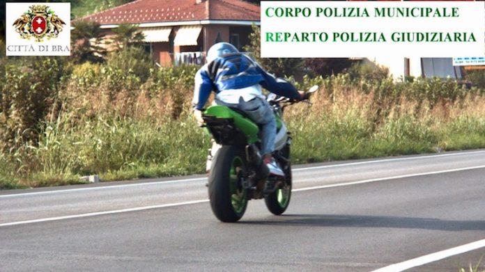Il motociclista denunciato dalla Polizia municipale di Bra