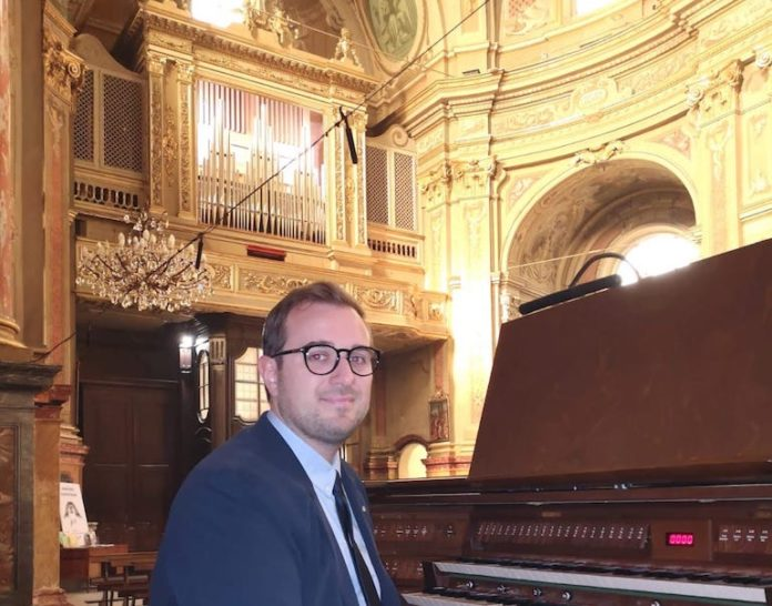 Luca Rosso alla consolle dell'organo Vittino