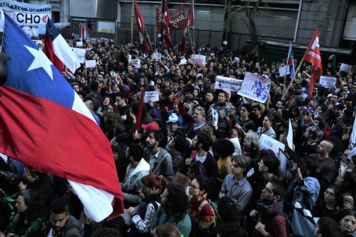 Un momenti della manifestazione organizzata davanti alla sede del consolato del Cile a Buenos Aires, in Argentina