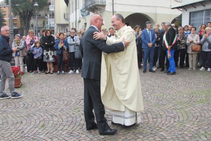 Don Mariano Riba accolto sul sagrato della Bianca dal vicario della Diocesi di Fossano don Pierangelo Chiaramello