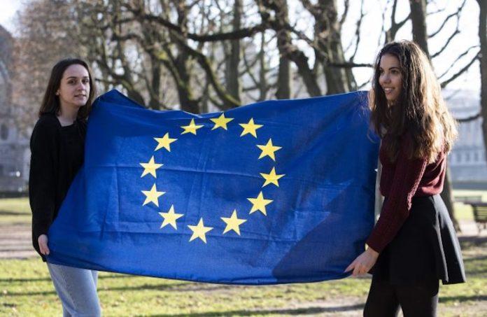 Giovani reggono la bandiera dell'Europa