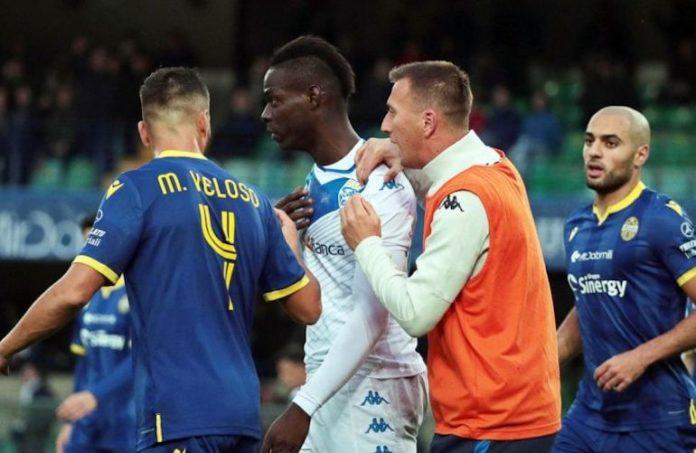 Balotelli durante la partita di calcio Verona - Brescia