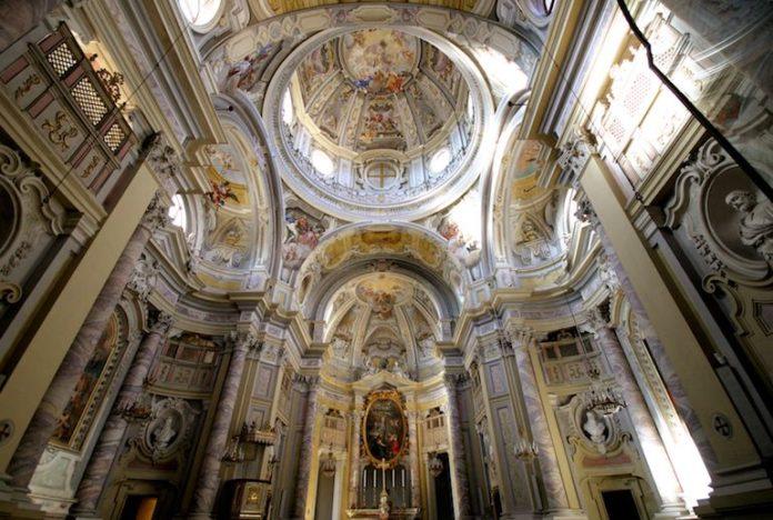 Gli interni della chiesa della SS Trinità a Fossano