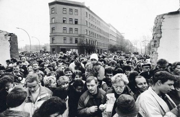 Gente in festa dopo la caduta del muro di Berlino