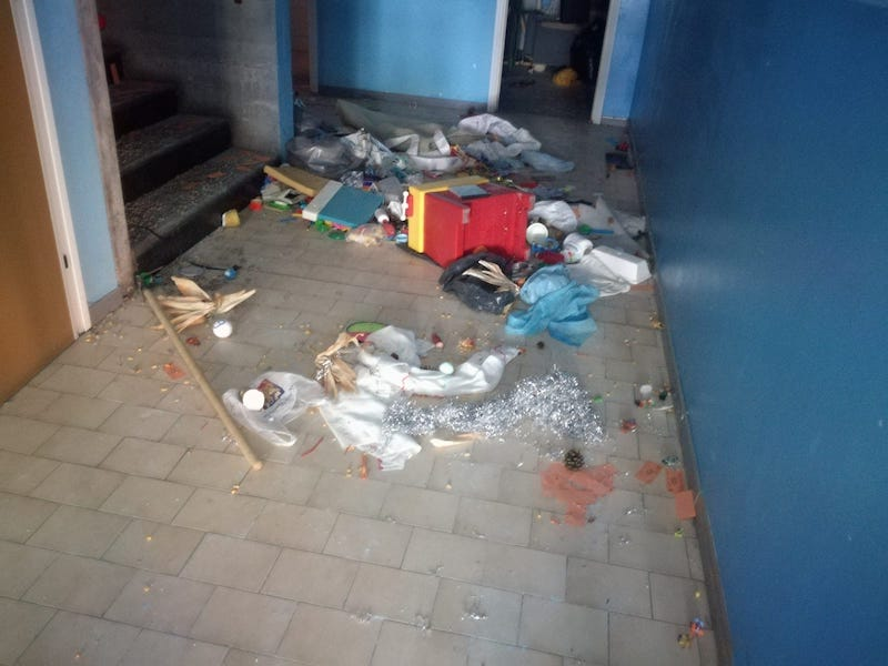 la scuola elementare primo levi presa di mira dai vandali