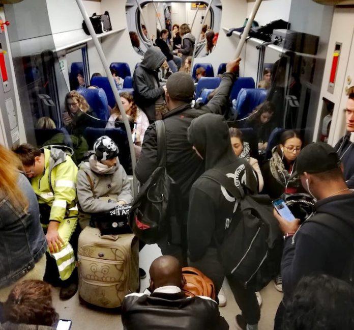 Passeggeri sulla linea ferroviaria Torino-Cuneo