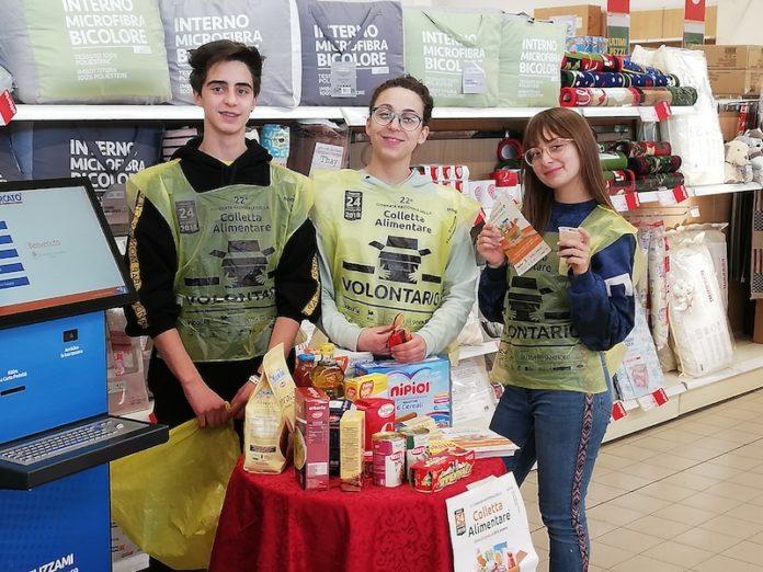 volontari impegnati nella giornata della colletta alimentare