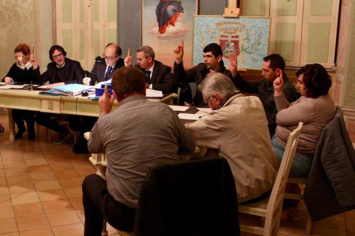 Il Consiglio comunale di Bene Vagienna al momento del voto