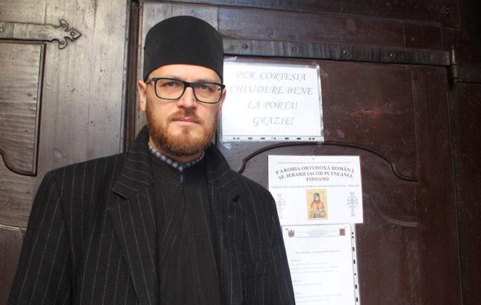 Padre Nicolae Puscasu all'ingresso della chiesa di San Giorgio a Fossano