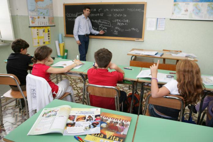 Un insegnante di religione cattolica (Irc) durante l'ora di religione in una scuola pubblica