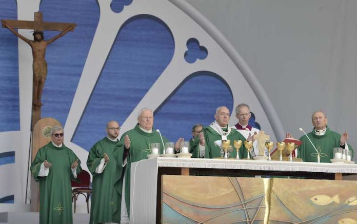 Il Papa celebra la messa conclusiva dell'incontro