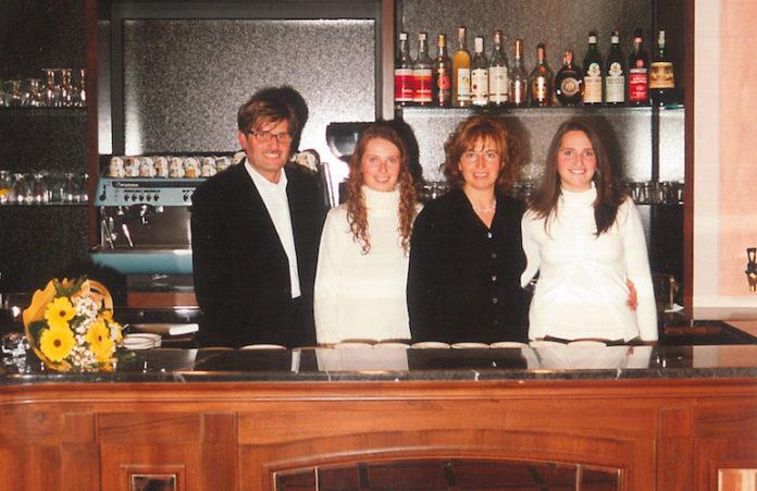 Fossano: la famiglia Sabena dietro al banco della pasticceria all'indomani del restauro del 2002