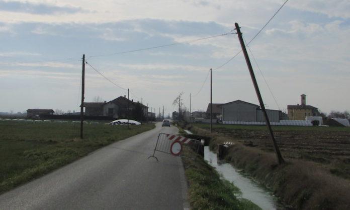 San Martino, Fossano: palo del telefono piegato dal vento