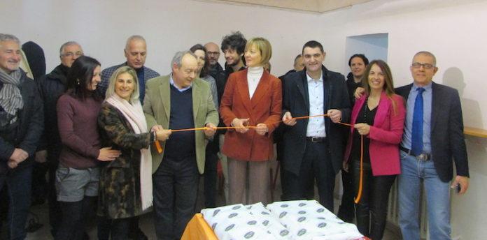 Il taglio del nastro della nuova sede. Cristina Ballario affiancata dal sindaco Dario Tallone e dal vice-sindaco Giacomo Pellegrino