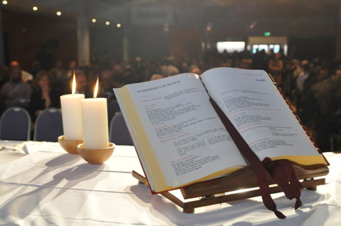 Altare con messale e candele