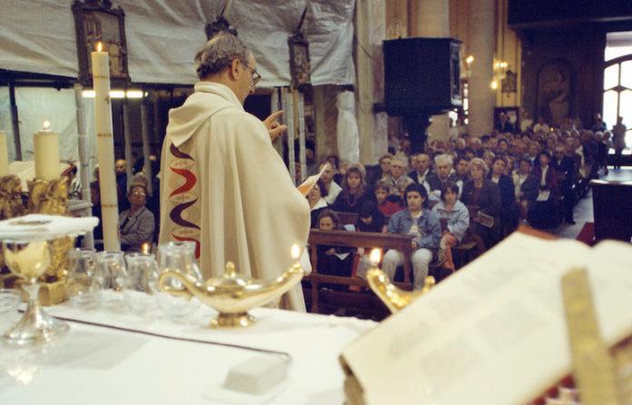Un prete tiene l'omelia in chiesa