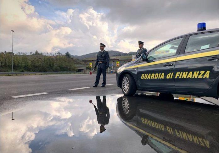 La Guardia di finanza durante un controllo