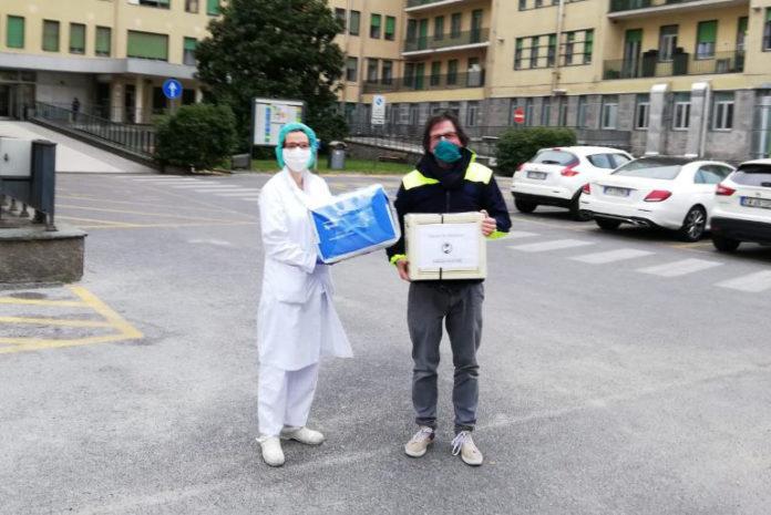 Claudio Ambrogio, presidente dell'Unione del Fossanese, consegna le mascherine all'ospedale Santa Croce