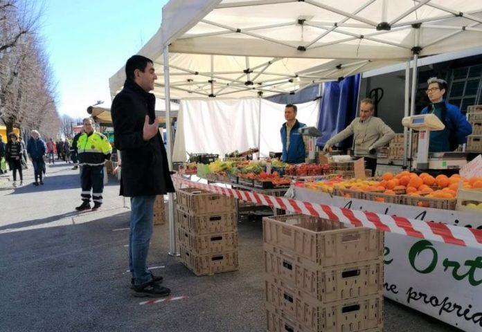 Il sindaco Dario Tallone fra i banchi del mercato