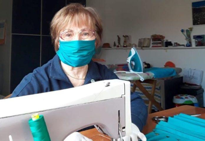 Una sarta al lavoro per produrre mascherine