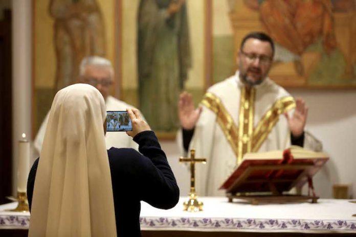 Roma, 19 marzo 2020. Parrocchia dei SS. Fabiano e Venanzio. La celebrazione della Santa Messa in streaming a causa del Corona Virus